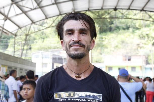 Carlos Andrés Correa cultiva la hoja de coca hace 15 años en el corregimiento Puerto Raudal de Valdivia, Norte de Antioquia.