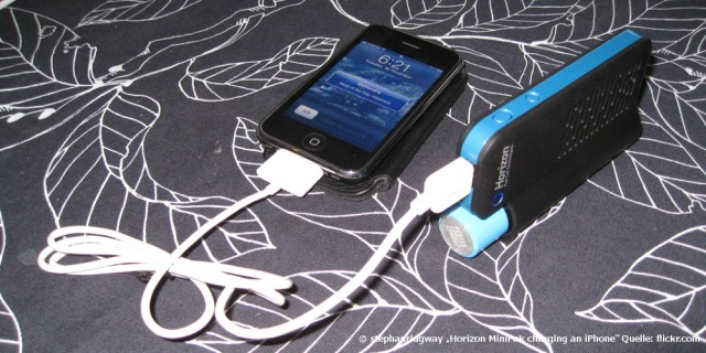 "© stephanridgway ""Horizon MiniPak charging an iPhone"" Bestimmte Rechte vorbehalten. Quelle: Flickr.com"