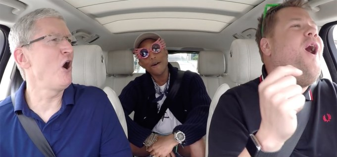 Tim Cook mit James Cordon beim Carpool Karaoke