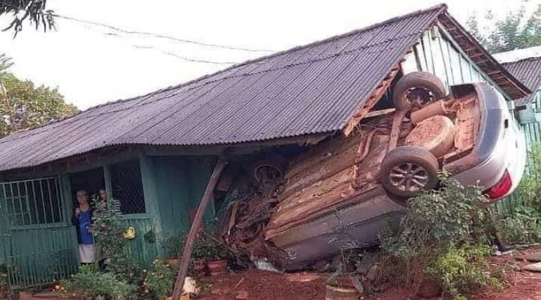 Automóvil voló y se fue a parar por la casa de una abuelita