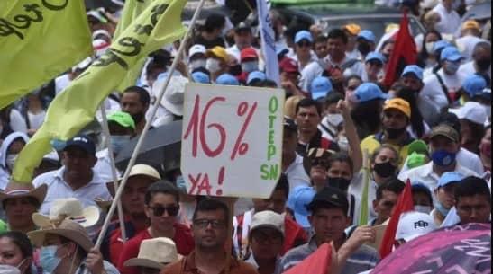 Docentes se movilizan frente a Hacienda y el MEC por reajuste