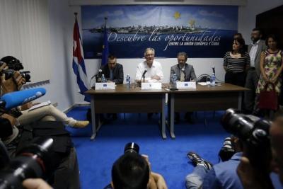 El director general para América del Servicio Europeo de Acción Exterior, Christian Leffler, en el centro, durante su encuentro con los periodistas en La Habana, tras la tercera ronda negociadora de Cuba y la Unión Europea para alcanzar un acuerdo marco de cooperación bilateral. Foto: Jorge Luis Baños, IPS-Cuba