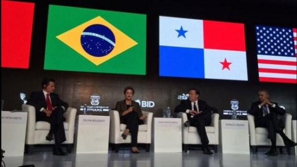 La presidenta de Brasil, Dilma Rousseff, junto a sus homólogos de México (izquierda), Panamá y Estados Unidos, durante un panel en la II Cumbre Empresarial de las Américas, este viernes 10 de abril, en Ciudad de Panamá.