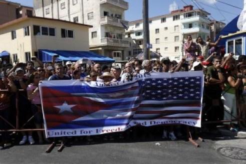 """Cientos de personas asistieron, detrás de una pancarta con las banderas de Cuba y Estados Unidos, donde se leía en inglés """"Unidos por la libertad y la democracia"""", a la ceremonia de reapertura formal de la embajada de Washington ante La Habana."""