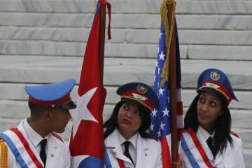 Integrantes del batallón de la guardia de honor de las Fuerzas Armadas Revolucionarias de Cuba aguardan la llegada del presidente estadounidense, Barack Obama, al Palacio de la Revolución, para un encuentro con el mandatario Raúl Castro, el lunes 21, en La Habana.