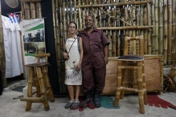 Los confundadores del Proyecto Bambú Centro, Gisela Vilaboy y Carlos Martínez, en su taller en el barrio chino de La Habana, en Cuba. Los dos esperan el demorado permiso para reconvertir su emprendimiento en una cooperativa.