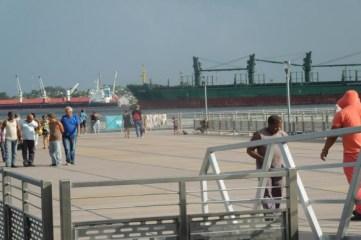 El muelle flotante, como le dicen los habaneros, a este sitio rescatado del espacio que ocupa la bahía de La Habana y que ha ha devenido en lugar de recreo para la familia.
