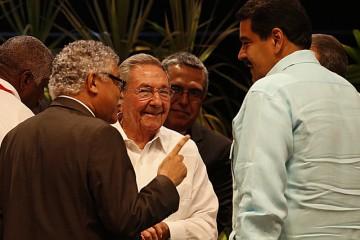 En primer plano, conversan de derecha a izquierda, el secretario general de la Asociación de Estados del Caribe (AEC), el colombiano Alfonso Múnera, con el anfitrión de su VII cumbre, el presidente cubano Raúl Castro, y el mandatario de Venezuela, Nicolás Maduro.