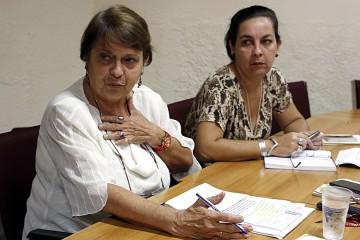 Miriam García (izquierda), jefa de la Dirección de Asociaciones y Vania Rivero, jefa de la Dirección de Relaciones con Asociaciones, del Ministerio de Justicia de Cuba, durante una entrevista con IPS en la sede de la institución en La Habana.