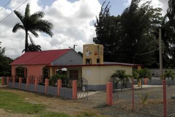 La cafetería Palma Caribe, gestionada por Eugenio Pérez y su familia, donde se venden jugos de fruta y verduras producidas en su cercana finca, en una iniciativa que trajo la prosperidad a su emprendimiento familiar, en Jesús Menéndez, en la oriental provincia de Las Tunas, en Cuba.