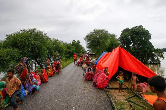 People displaced by the floods take temporary refuge along a road in southern Nepal. Photo: UNICEF Nepal/2017/NShrestha