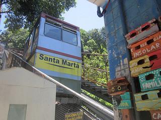 O trem elevador utilizado pelos moradores da favela Santa Marta, na zona sul do Rio de Janeiro, foi construído em uma colina de 360 metros de altura. Nas estações, pequenos sistemas solares fornecem energia para iluminação de emergência e tomadas para carregar baterias de telefones celulares. Crédito: Mario Osava / IPS