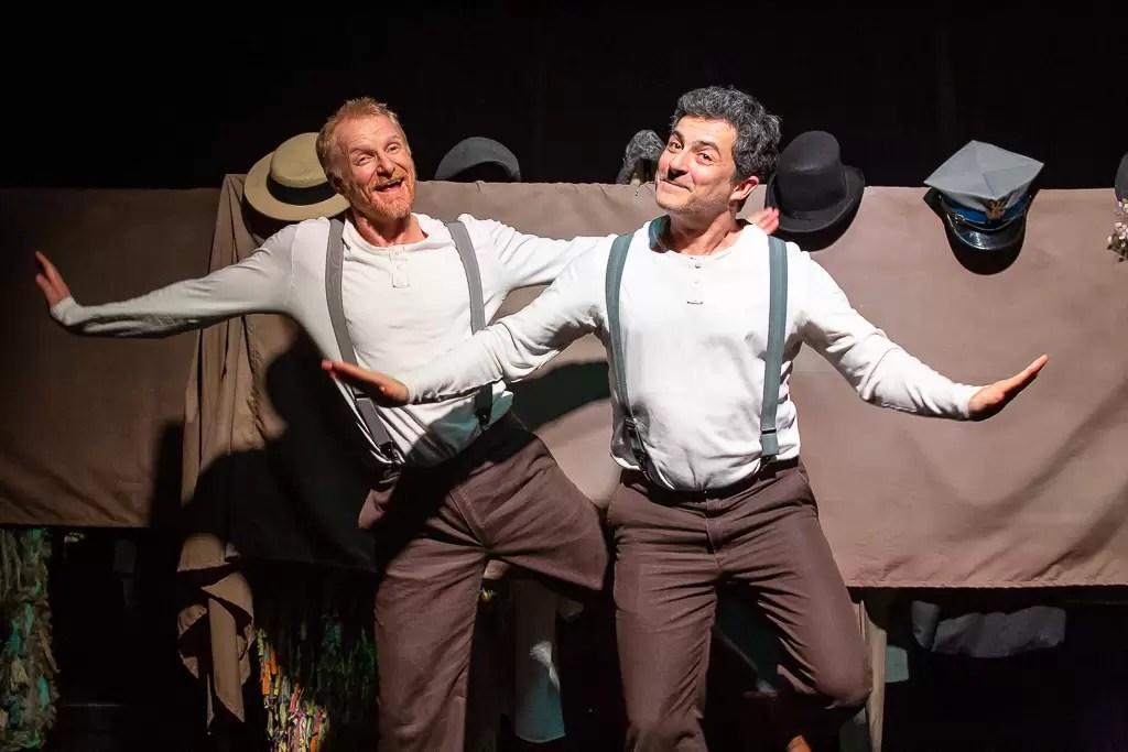 De la scena unui teatru din Lodz, la un lagăr de concentrare din Rusia, la condițiile dure ale Siberiei și apoi într-o societate liberă, actorii Mihai Călin și Richard Bovnoczki vor jongla între dramă și umor într-o nouă reprezentație a spectacAlin Călin- Schneider si Schuster_9_decembrie afiș