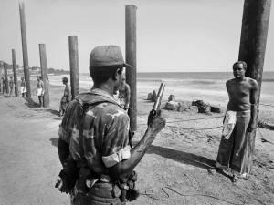 وزراء تم ربطهم على اعواد خشب لأعدامهم في ليبيريا بعد اندلاع الثورة ومقتل رئيس ليبيريا عام 1980!!