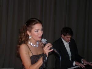 U kunt zangeres/sopraan Irene de Raadt en pianist ook boeken voor een huisconcert. Hier geven zij een optreden tijdens een diner van KPMG.