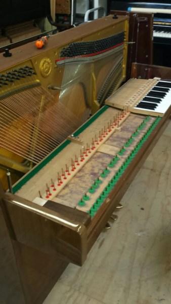 De klaviertafel schoonmaken en stiften polijsten.