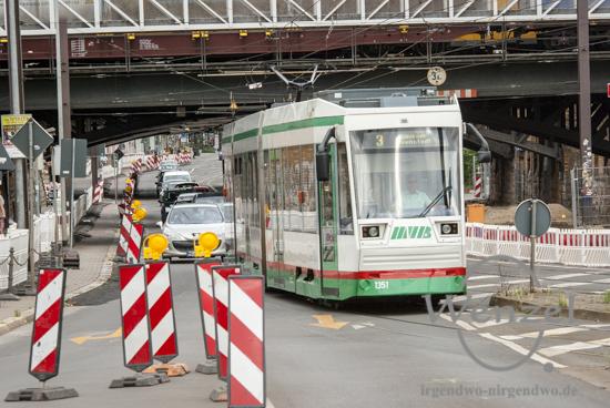 Baustelle City-Tunnel Magdeburg –  Straßenbahnen und Fahrzeuge teilen sich stadtauswärts eine Fahrspur