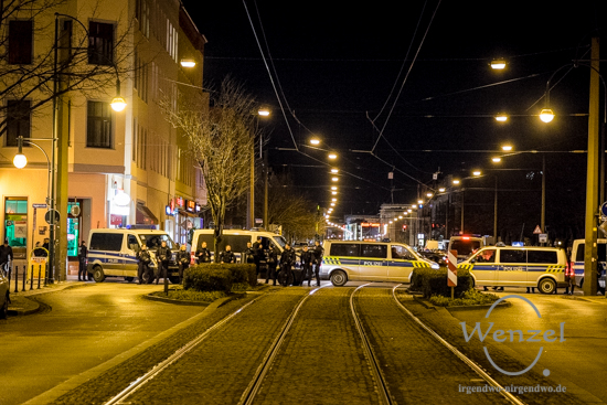Polizeiabsperrungen zwischen Domplatz und Hasselbachplatz legen Verkehr lahm