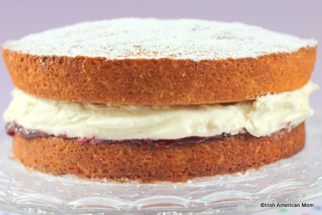 victoria-sponge-sandwich-cake-on-a-cake-stand