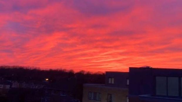 Vendredi, le soleil se couche sur Navan Road, à Dublin. Photographie: Michael Brady