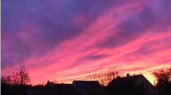 Vendredi, le coucher de soleil sur les maisons de Tuam, Co Galway.