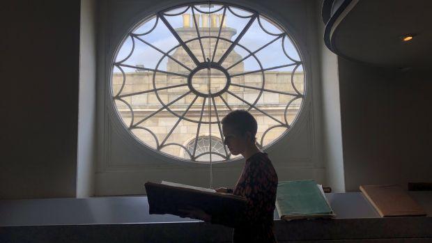 La directrice des archives, Ellen Murphy, au bureau d'enregistrement des actes: «Les testaments pourraient avoir des informations sur les bijoux de la personne et les meubles de la maison, ou de l'argent laissé à une infirmière.» Photographie: Bryan O'Brien