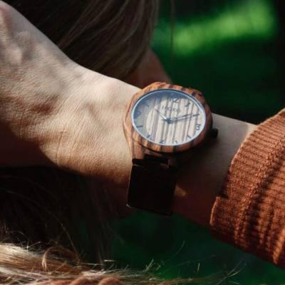 reloj madera mujer sujetando cabello