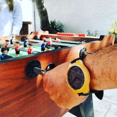 reloj de madera hombre jugando