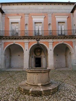 Castello Gesualdo Cortile