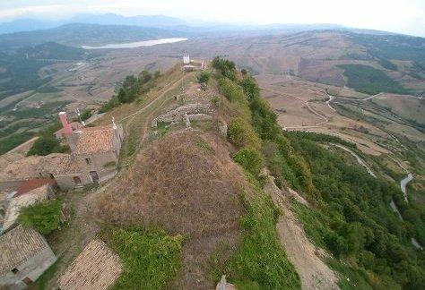 Il belvedere e i ruderi del castello visti dall'alto