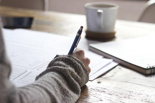 femme en train d'écrire dans son journal