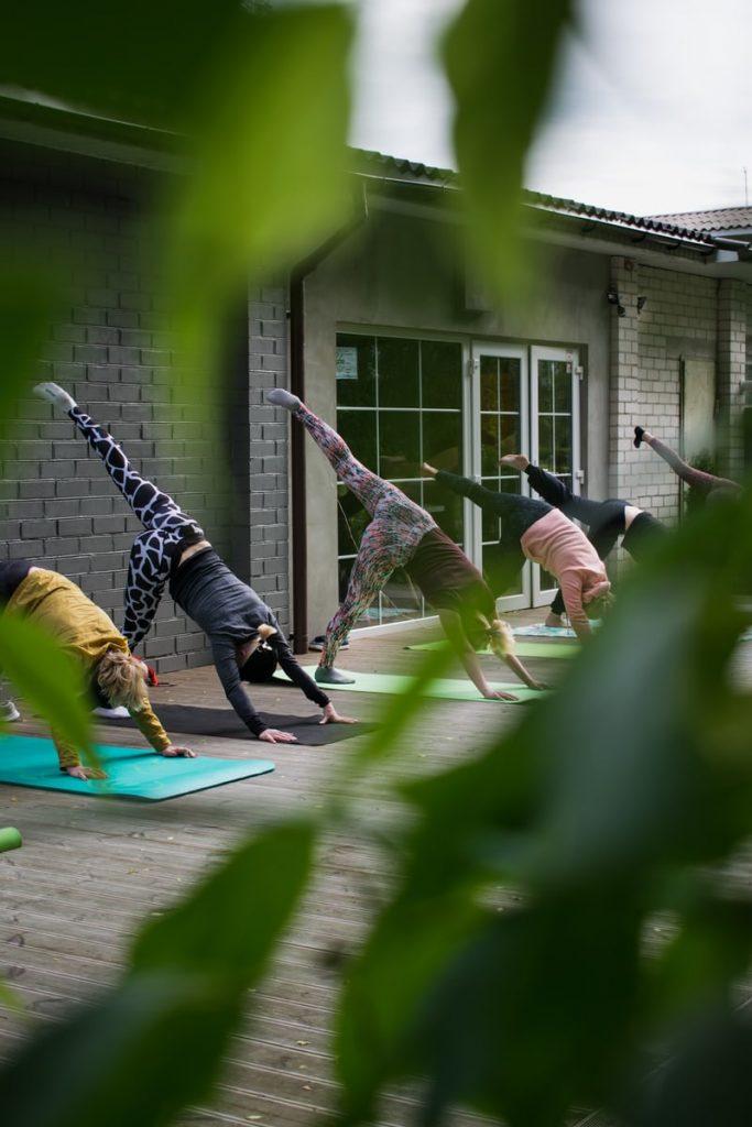 femmes pratiquant le yoga pour augmenter leurs défenses immunitaires
