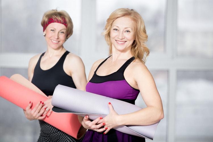 femmes plus de 50 ans pratiquant le yoga