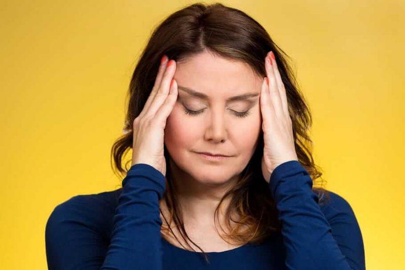 femme souffrant des symptômes de la ménopause