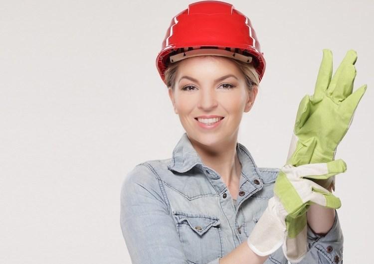 Un chef de chantier enfile ses gants pour prêter main forte