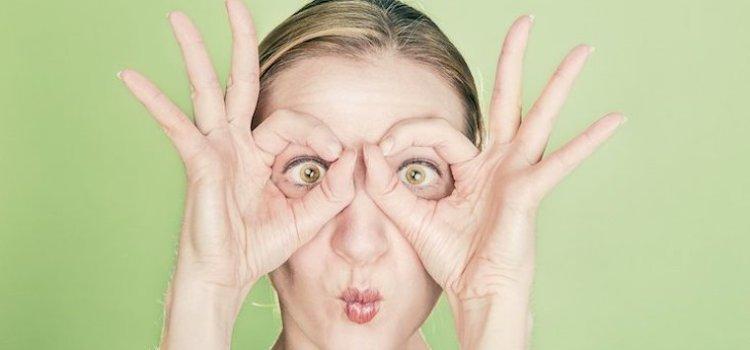 Une personne, yeux ouverts, attentive surveille les faits et gestes des entrepreneurs