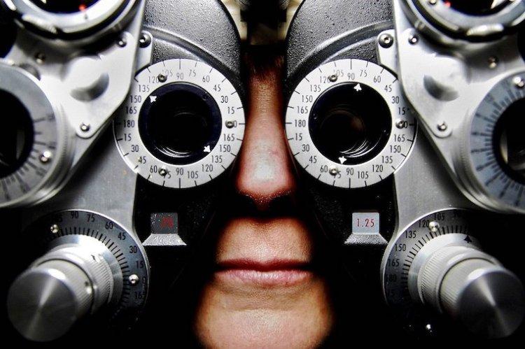 Une personne subit un examen de la vue