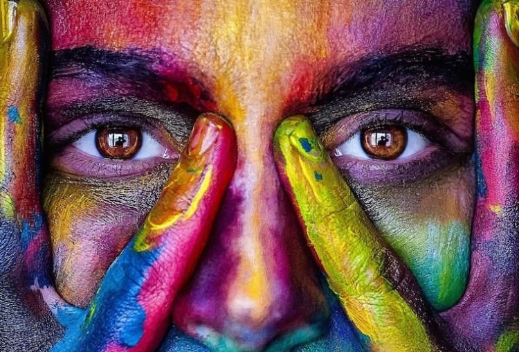 Visage multicolore non genré qui illustre nos appartenances à plusieurs tribus.