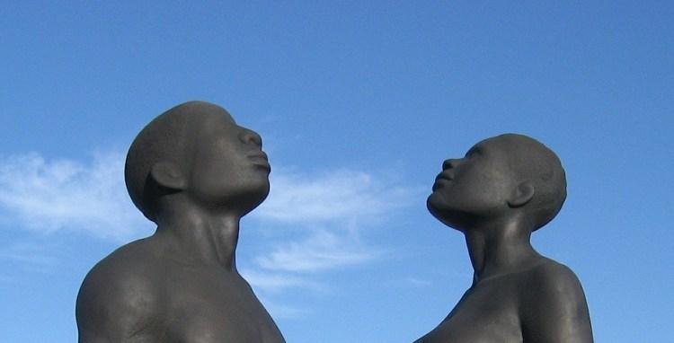 Deux statues, un homme et une femme, nus, regardant ensemble le ciel ensemble, espace de tous les possibles.