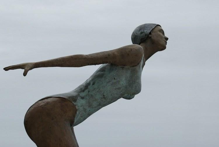 Une statue d'un plongeuse juste avant de s'élancer