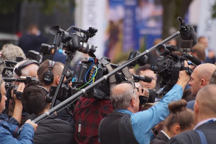 C'est une tribu professionnelle tissée serrée que celle des journalistes en mêlée de presse.