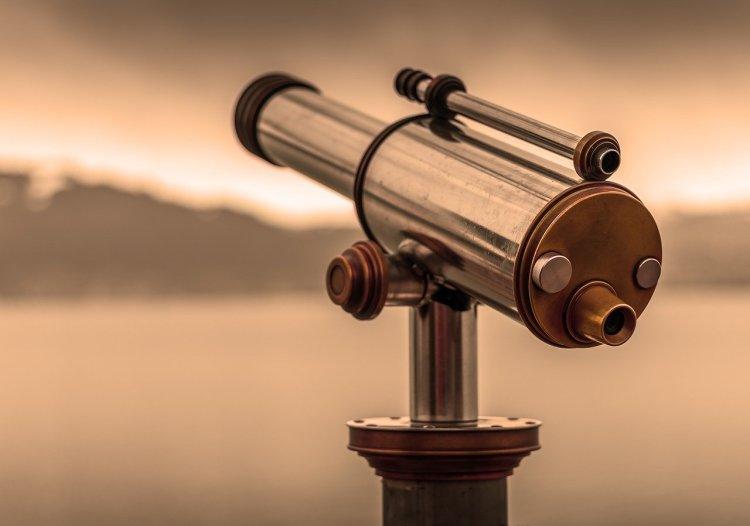Par le grand bout de la lunette on a une vue d'ensemble, par le petit bout de la lunette, on voit un aspect particulier des choses, que l'on grossit démesurément.