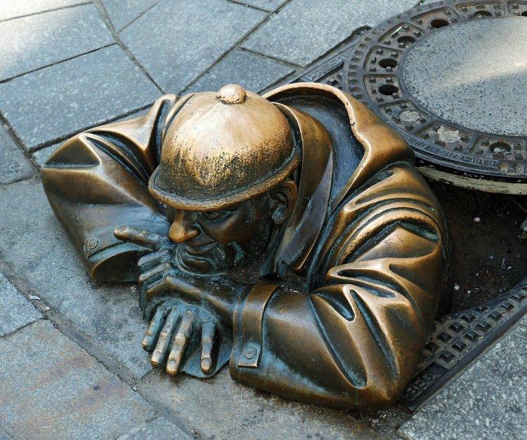 Statue d'un travaileur isolé qu'on a peut-être oublié dans nos communications de crise