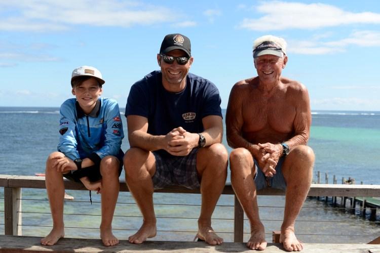 Trois générations d'hommes partagent des moments de loisir