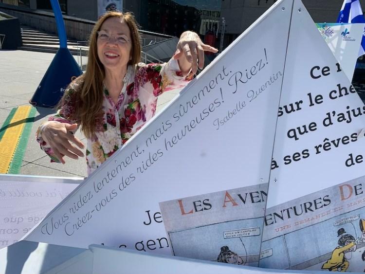 Isabelle Quentin nous montre l'extrait choisi sur un des bateaux de l'installation créée par Matiers dans le Quartier des Spectacles.