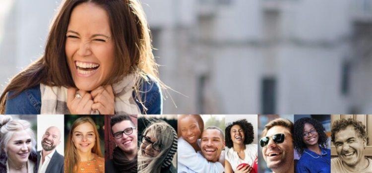 Une femme riant et un photo-montage de visages qui rient invitent déjà la détente et à la bonne humeur