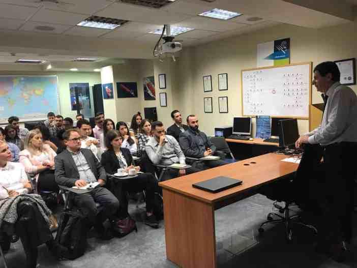 Ο καπτ. Δημήτριος Ματθαίου συζητά με νέους αποφοίτους ναυτιλιακών σπουδών