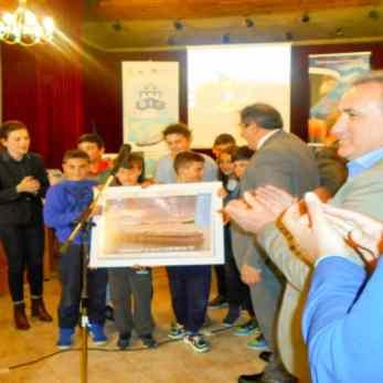 Παράδοση φωτογραφίας του πλοίου στους μαθητές από τον Προϊστάμενο του ναυτιλιακού γραφείου της Χίου κ. Κουκάκη Τίτο, παρουσία του Διευθυντή του Δημοτικού Σχολείου Νεστορίου κ. Γεώργιου Μπεροπούλη