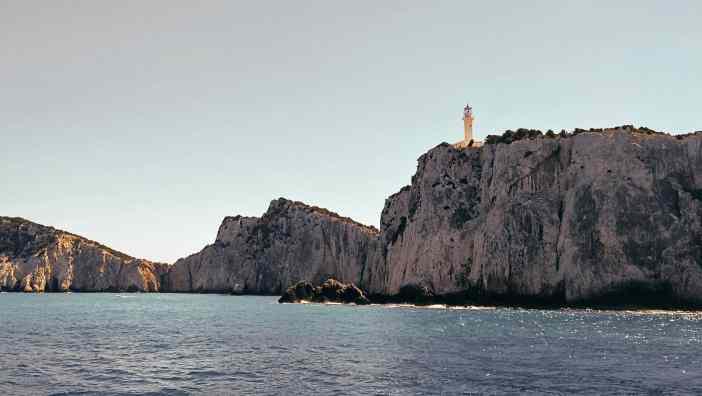 Είναι χτισμένος στη θέση όπου ευρίσκετο ο ναός του Απόλλωνα Λευκάτα. Άρχισε να λειτουργεί το 1890.