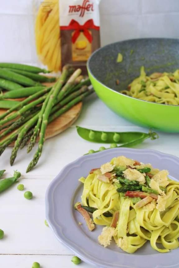 tagliatelle con asparagi e crema di piselli